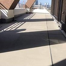 日藻セメンコートをルーフバルコニーの床全面にローラーで簡単施工。セメント系の色に仕上がります。