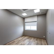 電動×手動ロールスクリーン|安田金属工業様 ミーティング室2 製品画像