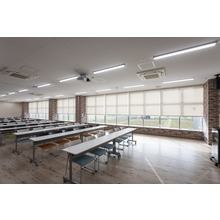 手動×電動ロールスクリーン施工事例|安田金属工業 大会議室 製品画像