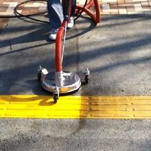 歩道・点字ブロックの美化洗浄が可能【温水高圧 吸引一体型洗浄機】 製品画像