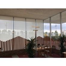 電動ロールスクリーン施工事例|名取市文化会館 1F カフェ 製品画像